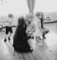 мама лучшая на свете, ее любят взрослые и дети, Мама-самый лучший в мире друг, как люблю тепло ее я рук
